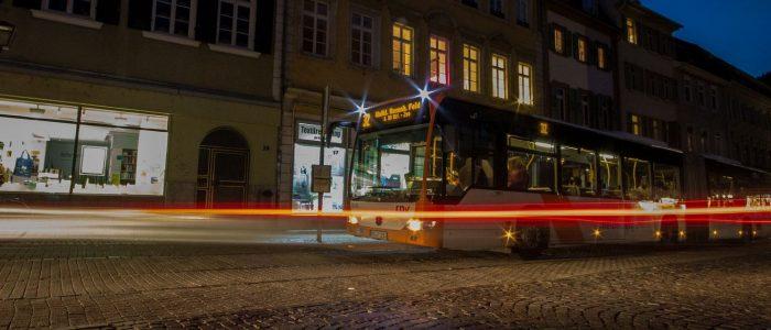 Bus Uniplatz bei Nacht