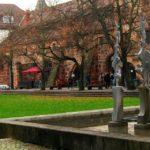 Sabine Henschel: Mensa mit Skulpturen