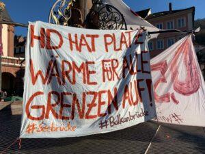 Ein Banner mit der Schrift: Heidelberg hat Platz. Wärme für alle. Grenzen auf!